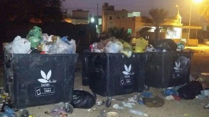 """أهالي وادي المعاول يشكون تأخر """"بيئة"""" في نقل مخلفات صناديق القمامة.. وينتقدون صغر حجم الحاويات"""