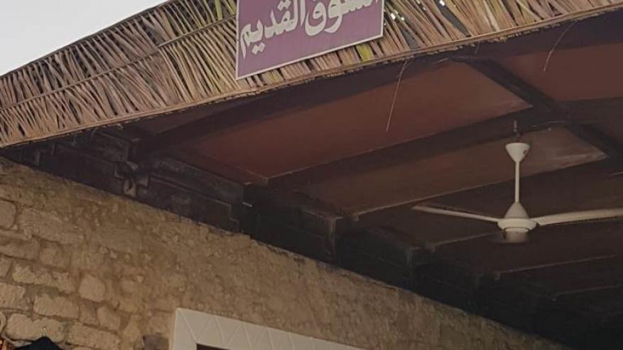 نقوش حناء بأيدٍ عمانيّة في القرية التراثية