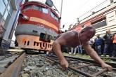 شاهد .. روسي يجر قطارا
