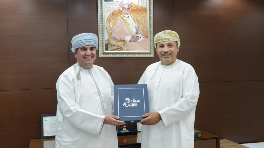"""بنك العز يدعم صدور النسخة الثانية من """"مشاهد من مسيرة موقع عمان قابوس"""""""