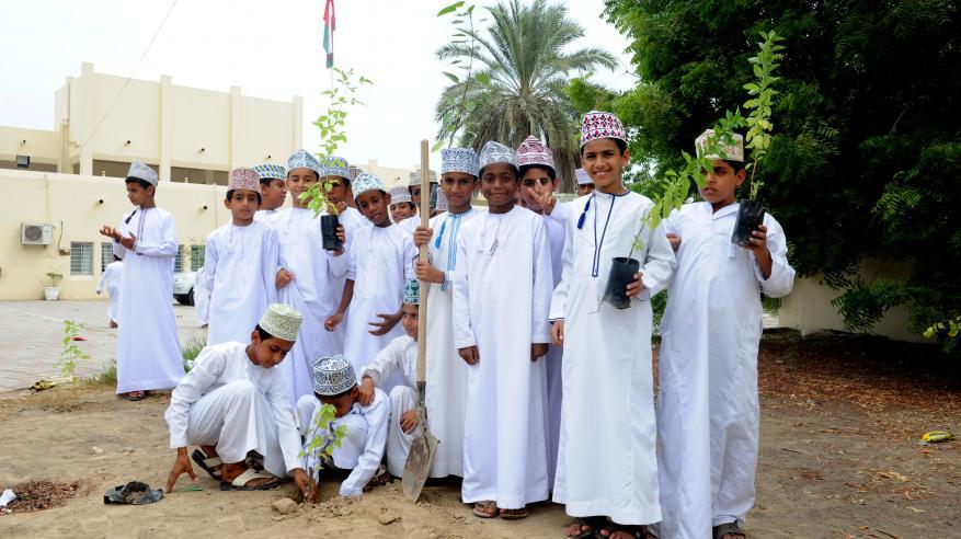 بلدية صحار تزرع 40 شجرة بمدرسة سيف بن هبيرة