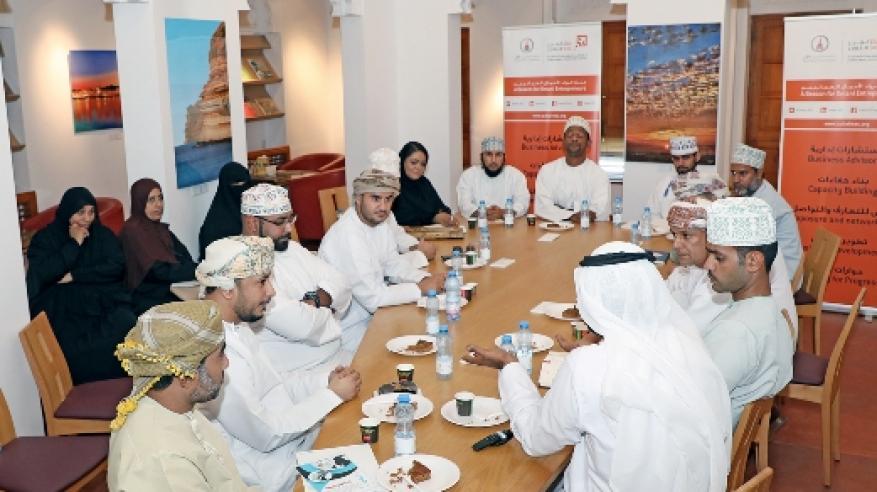 """جلسة حوارية في """"الزبير"""" حول تعزيز أوجه التعاون بين المؤسسات الصغيرة والمتوسطة"""