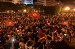أنصار قيس سعيد يحتفلون بفوزه المتوقع في انتخابات الرئاسة التونسية