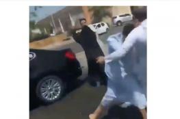بالفيديو.. ضجة في السعودية بسبب مشاجرة بين 4 أشخاص بينهم امرأة