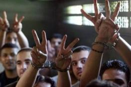 الأسرى الفلسطينيون في سجون إسرائيل ينهون إضرابهم عن الطعام