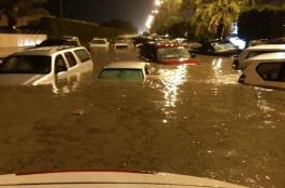 لقطات مروعة .. مياه السيول تجرف كل شيء في الكويت