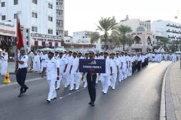 """البحرية السلطانية العمانية تنظم مسيرا لطاقم """"شباب عمان 2"""" احتفاء بعودتها من الرحلة الدولية"""