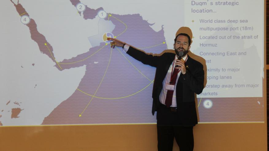 ريجي يشرح أهمية الموقع الجغرافي لميناء الدقم
