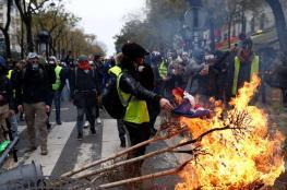 """بالصور.. محتجو """"السترات الصفراء"""" يقتلعون أشجار الشانزلزيه"""