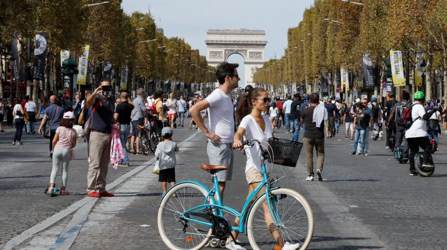 باريس تخلو من السيارات .. وشوارعها للمشاة فقط