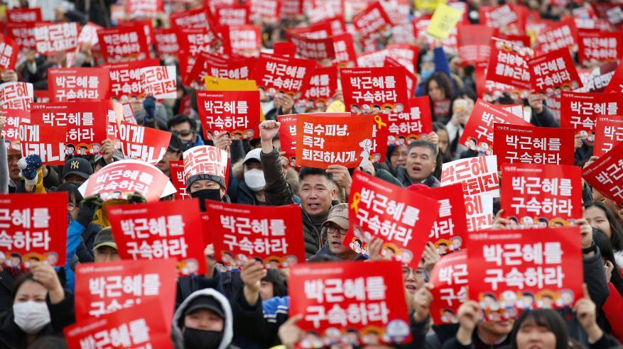 آلاف المتظاهرين قرب قصر الرئاسة لعزل رئيسة كوريا الجنوبية