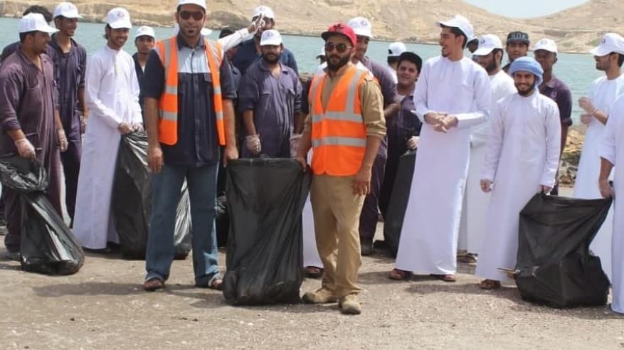 حملة طلابية لتنظيف شاطئ السوادي