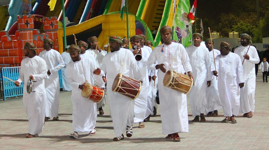 فرقة الحبايب  تقدم فنونها الشعبية لزوار النسيم (1)