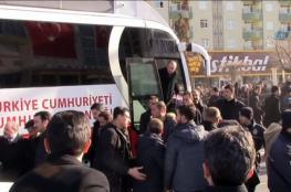 """بالفيديو.. """"حافلة أردوغان"""" تدهس أحد حراسه"""