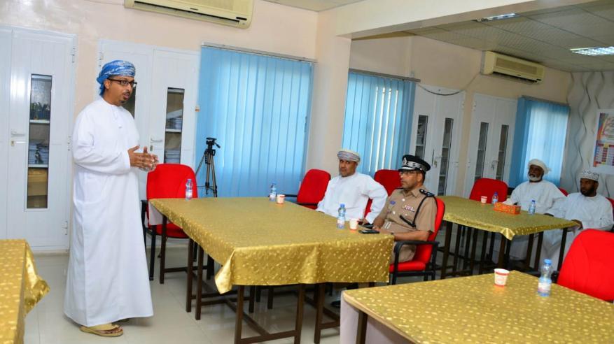ممثل المؤسسة التنموية للشركة العمانية للغاز الطبيعي المسال اثناء تقديم رؤية الشركة في المشروع
