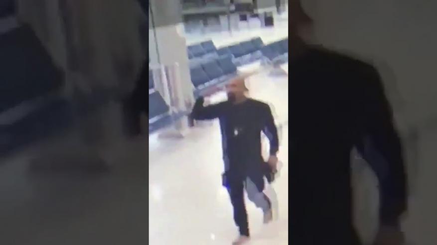 بالفيديو .. مسلح يقتحم مطار الكويت