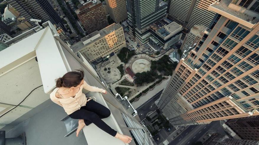"""فتاة تقفز من سطح مبنى بعد استطلاع على """"إنستجرام"""""""