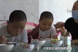 بالفيديو والصور.. طفل يأكل 5 مرات يوميا لإنقاذ حياة أبيه!