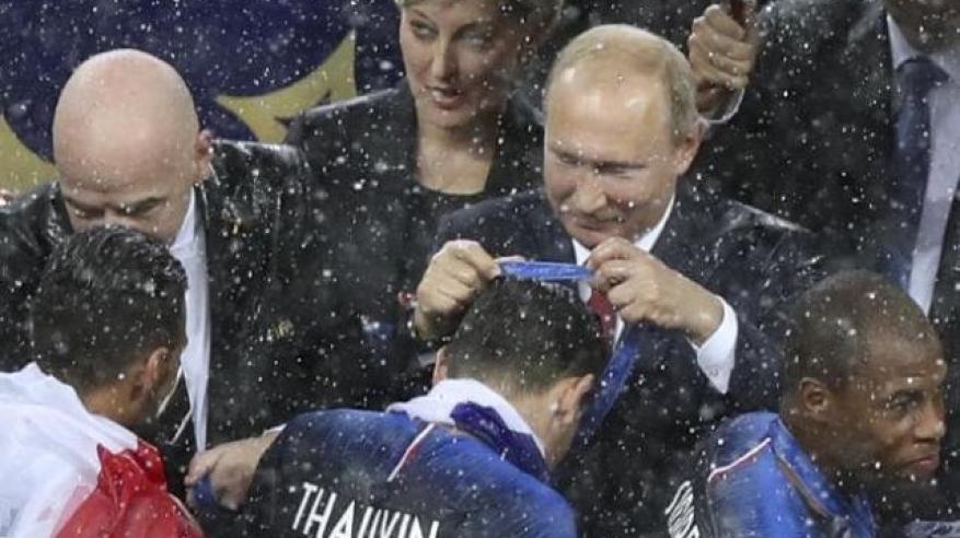 بالفيديو.. لحظة سرقة ميدالية ذهبية أثناء تتويج فرنسا بكأس العالم