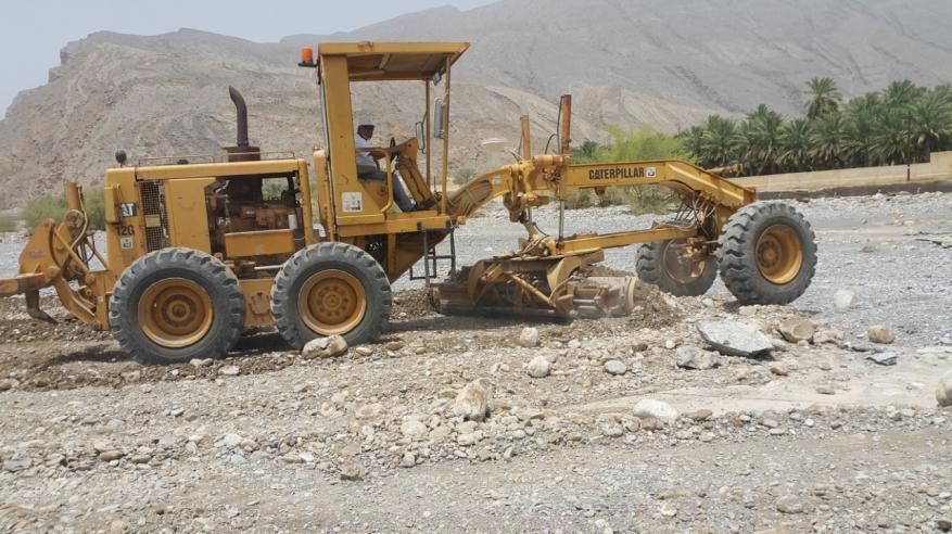 إعادة فتح الطرق المتأثرة بمخلفات الأمطار والأودية في العوابي