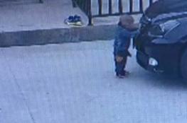 فيديو مروع.. سائق يدهس طفلاً بسيارته