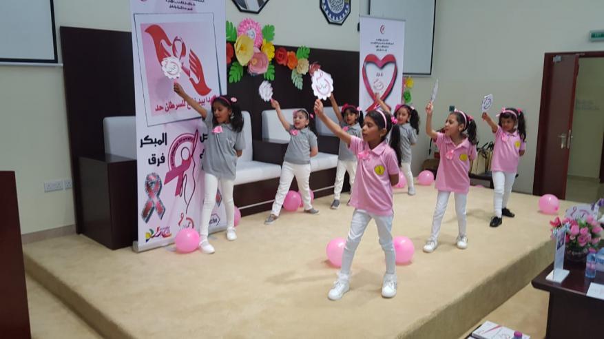 طالبات روضة شباب المستقبل تؤدي انشودة بسمة امل