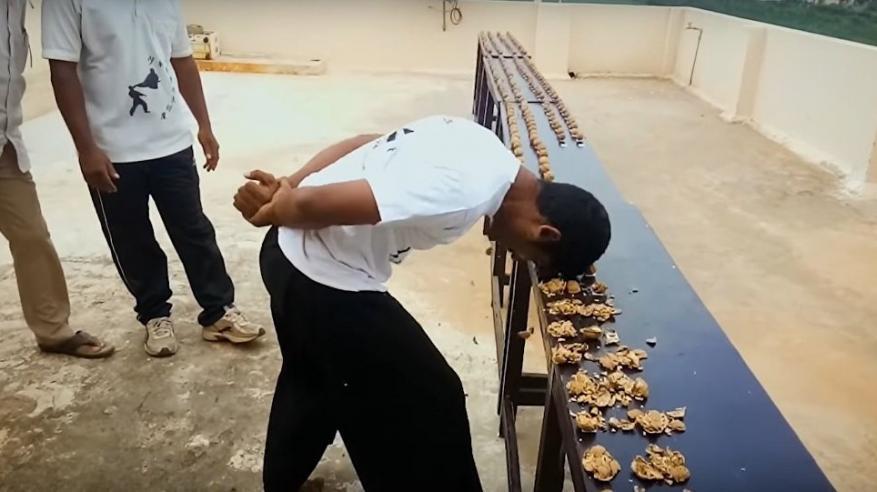 """بالفيديو.. هندي يكسر 217 ثمرة جوز في دقيقة واحدة ويدخل """"جينيس"""""""