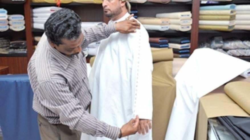 """""""التجارة والصناعة"""" تحذر أصحاب محال الخياطة من تشويه الأزياء العمانية التقليدية"""