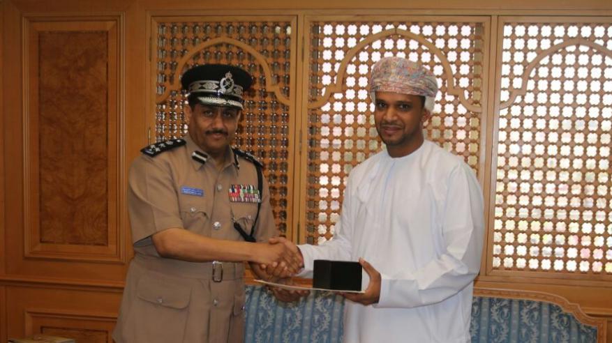 الشرطة تكرم مواطناً لتعاونه مع رجال الشرطة