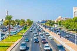إعلان بمنع وقوف المركبات على جانبي شارع السلطان قابوس