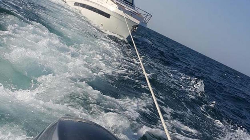 خفر السواحل تقدم المساعدة لـ 7 مواطنين في عرض البحر