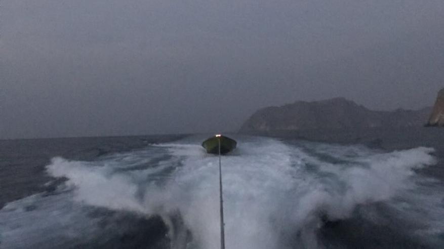 """""""خفر السواحل"""" تضبط قارب تهريب وتقدم المساعدة لقاربين"""
