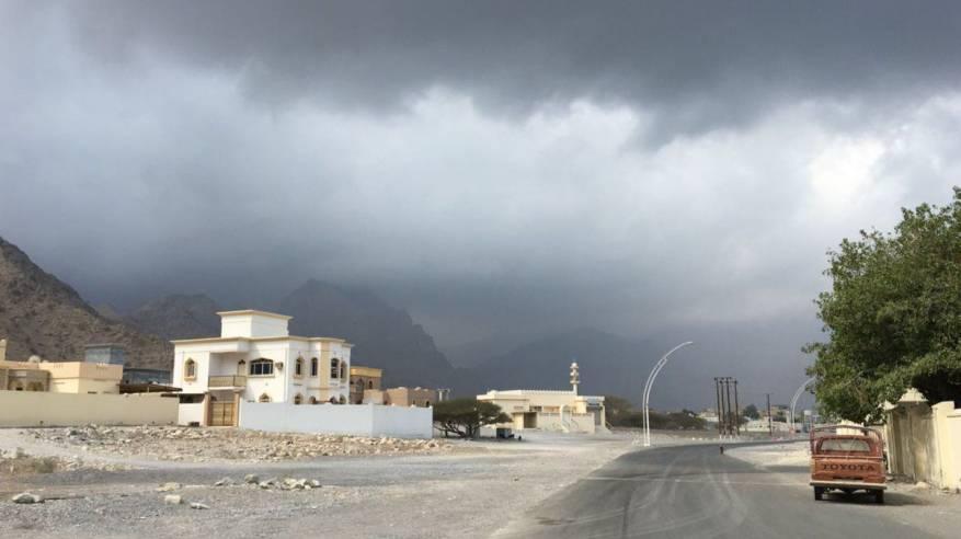 توقعات بأمطار غزيرة على شمال السلطنة مع بداية تأثيرات المنخفض الجوي