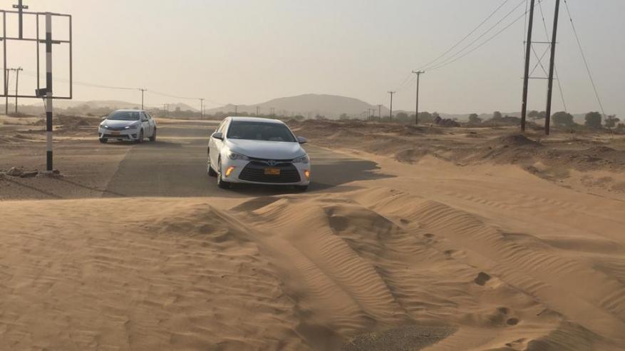 الرمال تغلق الطرقات