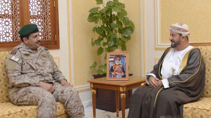 بدر بن سعود يستعرض التعاون العسكري مع قائد القيادة العسكرية الموحدة لدول الخليج