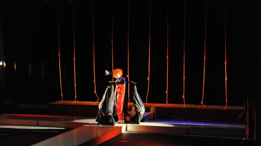 جانب من عرض مسرحية الناس والحبال