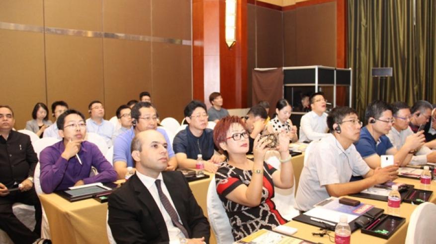 الحضور يتابعون العروض المرئية