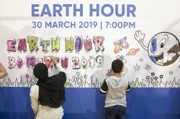 """موظفو """"عمان العربي"""" يشاركون في """"ساعة الأرض"""" حفاظا على البيئة"""