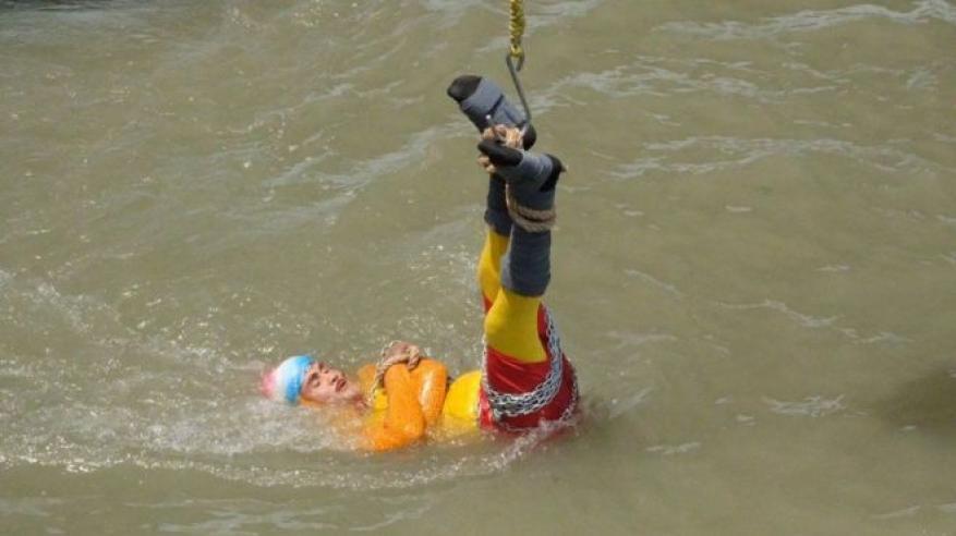 حقيقة وفاة ساحر هندي قفز في النهر موثوقا بالسلاسل