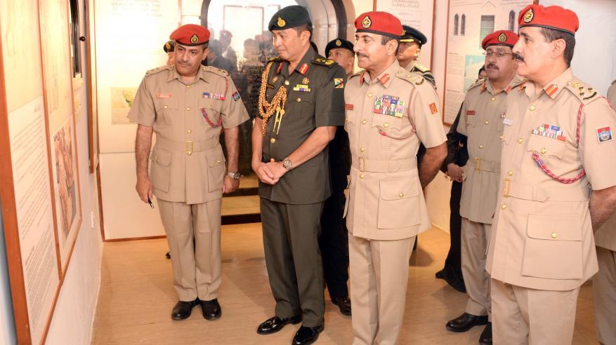 قائد القوات البرية بسلطنة بروناي يزور متحف قوات السلطان المسلحة