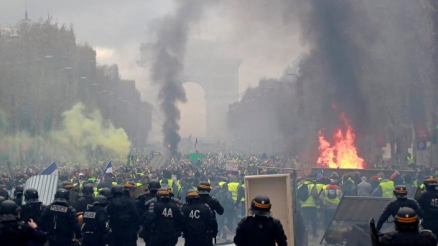 """بالفيديو.. """"الغضب"""" يتجدد في فرنسا .. واشتباكات عنيفة بين الشرطة ومحتجي """"السترات الصفراء"""""""
