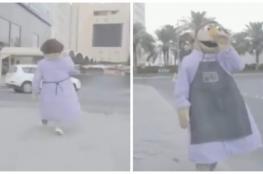 بالفيديو.. كويتي يتجول في الشوارع بزي غريب والشرطة تلقي القبض عليه