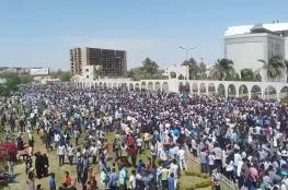 عشرات الآلاف من السودانيين يحتجون خارج مقر إقامة البشير..فيديو