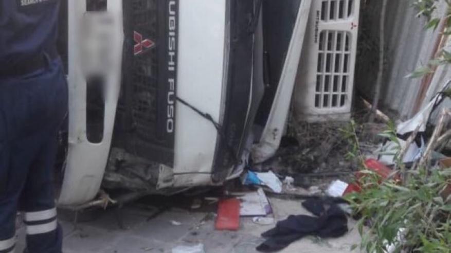 وفاة شخص وإصابة اثنين في حادث تدهور شاحنة بدبي