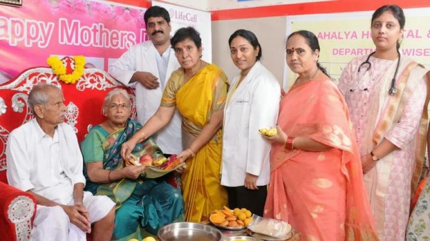 شاهد.. هندية تضع توأما وعمرها 74 عاما