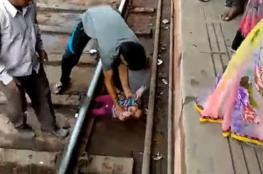 بالفيديو: لحظة مرور قطار فوق رضيعة .. ونجاتها بأعجوبة