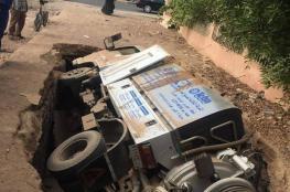 بالصور.. هبوط أرضي يبتلع شاحنة كبيرة بمصر