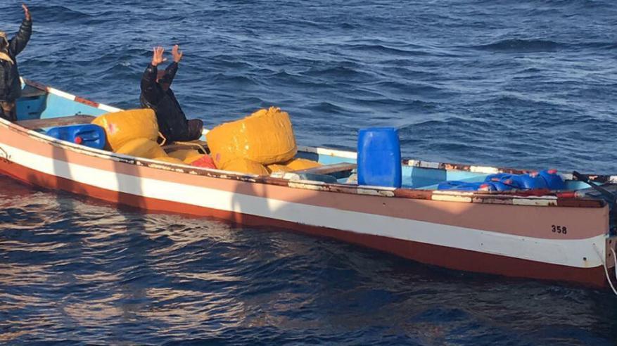 ضبط أكثر من ألفي رزمة من القات في بحر عمان