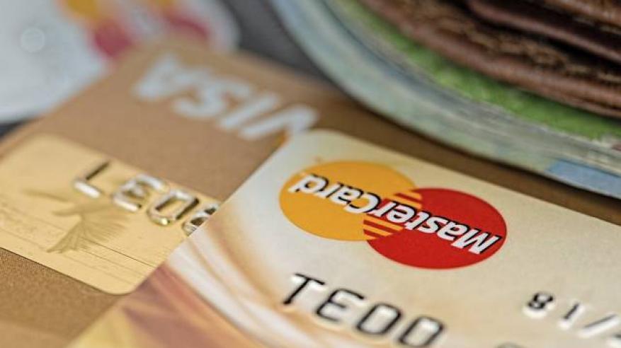 """بالفيديو.. صراف يسرق 1300 بطاقة ائتمانية بـ""""عينه"""""""