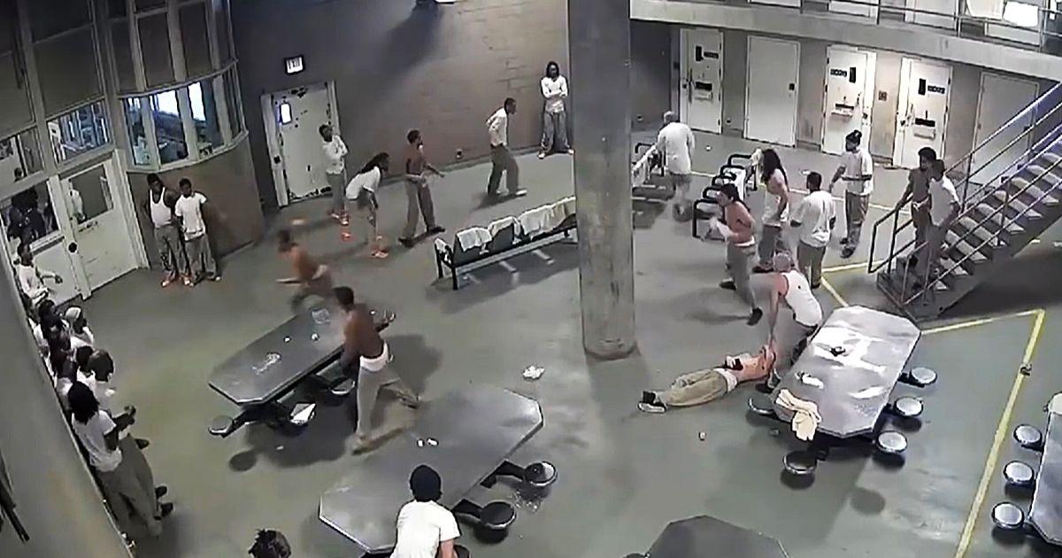 شاهد.. شجار دموي داخل أكبر سجن أمريكي